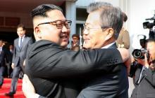 El líder de Corea del Norte, Kim Jong Un, se abraza con el presidente de Corea del Sur, Moon Jae-in, en el histórico encuentro del 26 de mayo pasado.
