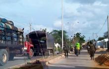 Autoridades llegan a detener el vehículo.