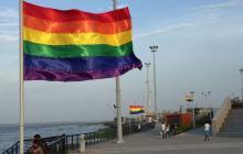 Banderas de la diversidad ondean en el Gran Malecón Puerta de Oro.