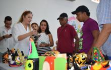 El municipio de Galapa recibió el viernes la visita de Liliana Borrero de Verano, esposa del gobernador del Atlántico, Eduardo Verano, quien realizó una convocatoria del Centro de Innovación Artesanal. En la exhibición se pueden apreciar todo tipo de objetos decorativos y accesorios, como lo muestran las artesanas Vilma González y Arelec Morales.