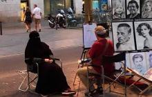 La foto de Galo dibujando a la mujer musulmana que se hizo viral en las redes sociales. El autor de la foto es desconocido.