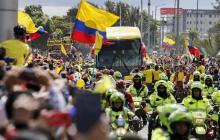 El bus con los jugadores de la Selección Colombia avanza hacia el estadio El Campín.