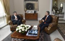 El presidente saliente, Juan Manuel Santos, conversa con Iván Duque, mandatario electo.