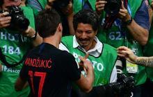 Mario Mandzukic, autor del gol, se disculpa con el reportero gráfico.