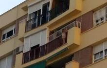 En video | Angustioso rescate en España de una niña colgada de un octavo piso