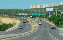 Automóviles transitando por la vía Circunvalar en la ciudad de Barranquilla.