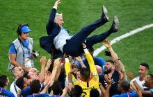 Didier Deschamps, entrenador de la selección de Francia, fue levantado por sus dirigidos en medio de los festejos por la victoria.