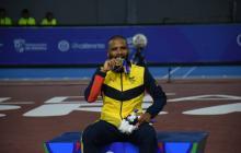 Álex Cujavante recibiendo su segunda medalla de oro en los Juegos.