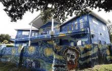 Pareja que pintó la fachada de su casa con obra de Van Gogh para su hijo autista conmueve las redes