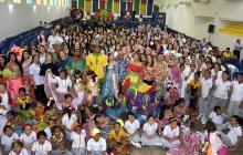 Estudiantes del Colegio María Auxiliadora junto a una comitiva del Carnaval de Barranquilla.
