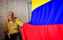 Tiberio Mejía es uno de los pioneros en la confección y comercialización de banderas en Barranquilla.