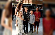 La actriz Angelina Jolie junto a algunos de sus hijos.