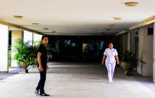 Pasillo interior del Hospital Universitario Cari E.S.E. de alta complejidad.