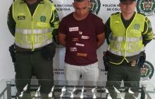 El capturado con la droga incautada.