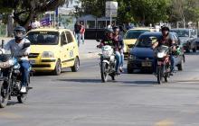 Carros y motocicletas transitan por la calle 53 entre carreras 46 y 45, en el norte de Barranquilla.