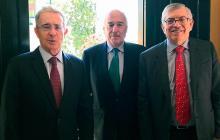 Los expresidentes Álvaro Uribe, Andrés Pastrana y César Gaviria al término del encuentro en Bogotá.