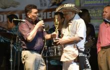 Con 60 años de carrera artística Adolfo Pacheco recibió la distinción del Festival en el Hotel el Prado.