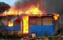 La vivienda cuando era consumida por las llamas.