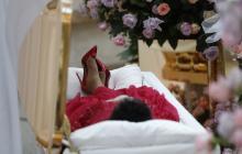 En video | Una Aretha Franklin vestida de rojo de la cabeza a los pies es velada en Detroit