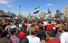 Cientos de sirios huyen de Idlib por temor a ofensiva del régimen