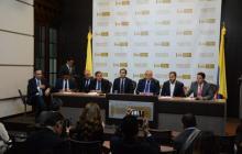El senador Mauricio Gómez aparece en compañía de otros congresistas en una rueda de prensa reciente.