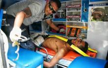 Un socorrista presta los primeros auxilios al hombre que cayó desde un edificio del norte.