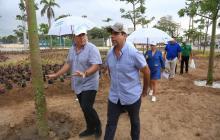 El alcalde Alejandro Char y el director de la ADI, Alberto Salah, inspeccionan las especies que han sido sembradas.
