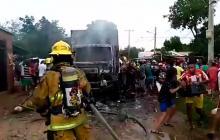 Prenden camión con cervezas en Valledupar y roban canastas mientras bomberos apagan el fuego