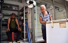 José Molinares y Virginia Álvarez organizan su nuevo puesto de ventas en la zona peatonalizada.