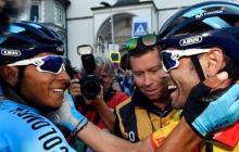 Nairo Quintana felicita a su compañero español Alejandro Valverde.