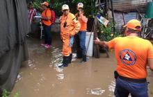 Hombres de la Defensa Civil prestaron sus servicios en las zonas afectadas.