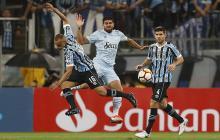 Acción del juego entre Gremio y Atlético Tucumán.