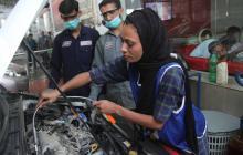 En video   Esta es la mujer que rompe los esquemas en Pakistán trabajando como mecánica