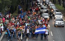 Cabeza de la marcha de hondureños durante su ingreso a Ciudad de Guatemala.