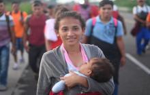 Cansados pero sonrientes, miles de hondureños reanudan caravana migrante hacia EEUU