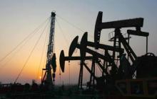 Maquinaria trabajando en pozos petroleros.