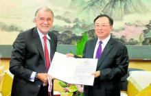 Gobernador Verano con su homólogo de la provincia china de Jiangsu, Wu Zhenglong, durante el pacto.