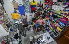 La modista María Moreno en su taller de costura ubicado en su casa, en el barrio Simón Bolívar.
