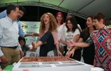 Con su mano y pie derechos, la cantante Shakira dejó plasmadas sus huellas como símbolo de compromiso con el proyecto de reconstruir la institución Nuevo Bosque.