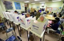 Ciudadsnos votan en la escuela de primaria de Boyle Heights en Los Ángeles, California.