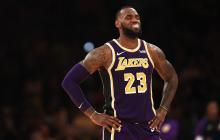 LeBron James, figura de los Lakers, lamentándose.