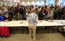 Ciudadanos aguardan en una zona de votación en Utah.