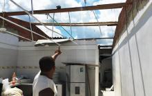 Un hombre señala los daños en su vivienda.