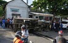 Aparatoso accidente entre dos vehículos deja un peatón herido