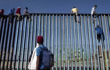 Migrantes saltan la frontera entre México y Estados Unidos