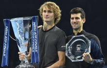 Zverev y Novak Djokovic mostrando sus trofeos.