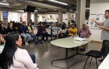 Grupo de periodistas de esta casa editorial compartiendo con el escritor colombiano Santiago Gamboa.