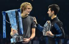 Zverev dialoga con Novak Djokovic luego de vencerlo.