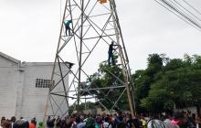 En video | Autoridades rescatan a hombre que escaló torre de energía en la calle 30