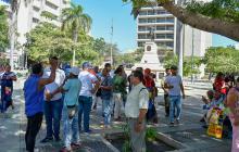 Vendedores reunidos ayer en el Paseo Bolívar .